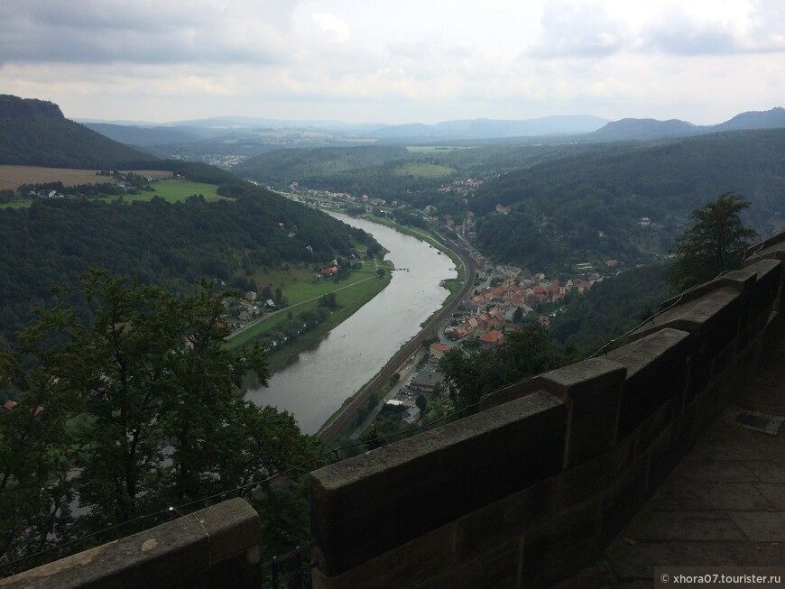Шикарный вид с крепостных стен крепости на Эльбу . Крепость Кёнигштайн , Саксония , Германия .