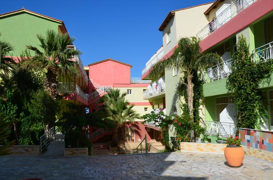 Отель состоит из нескольких корпусов, довольно чистый и зеленый.