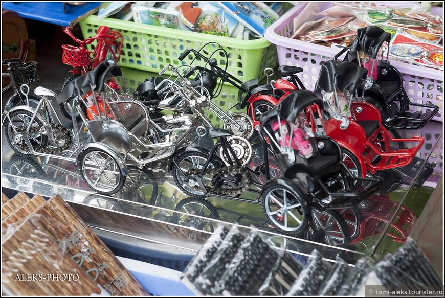 Мотоциклы, рикши и прочие колесные сооружения - это вьетнамское все. Впрочем, здесь вьеты не оригинальны. Практически вся Азия плотно сидит на колесах (в хорошем смысле этого слова). Поэтому среди сувениров здесь всегда можно видеть велосипедики и коляски всех мастей...