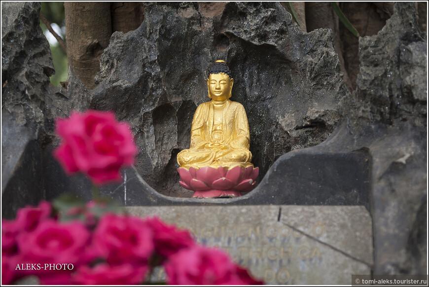 Во всяком случае, видеть во Вьетнаме элементы буддизма лично мне было очень приятно. Дело в том, что колонизаторы-французы настолько насадили Вьетнаму свою культуру и религию, что мы, проведя в этой азиатской стране больше двух недель, чаще встречали немного странно смотрящиеся здесь католические храмы. Буддизм как-будто отодвинули на второй план...