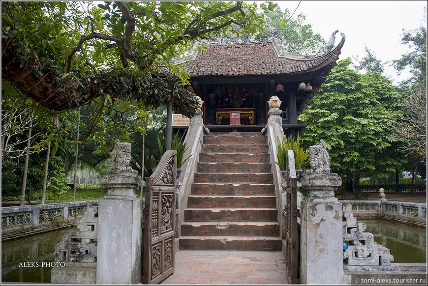 """Начнем с """"Пагоды на одном столбе"""". Именно так именуется сия достопримечательность Ханоя. На вьетнамском это звучит, как """"Тюа мот кот"""". При чем тут кот? Эта пагода, возведенная в форме лотоса на столбе чуть больше метра диаметром, является одним из символов города..."""