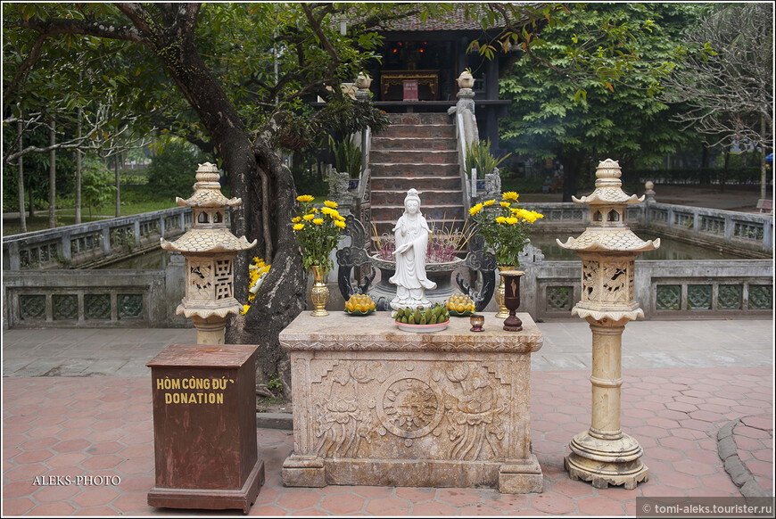 """Оказывается существует азиатский реестр храмовых сооружений, согласно которому этой пагоде был присвоен статус """"храм с уникальной архитектурой"""". Вот только зачем французам в 1954 году понадобилось при отступлении разрушать эту буддистскую святыню? - непонятно. Но ее, конечно, восстановили..."""