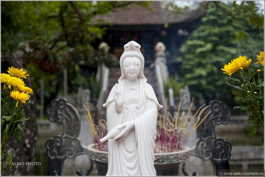 Для меня было определенным открытием, что вьетнамцы умеют обрабатывать мрамор не хуже итальянских мастеров. Здесь всюду можно видеть прекрасные скульптуры, которые изготавливают в Дананге и его окрестностях. Мы там еще побываем и увидим сотни мастерски изготовленных будд и дев марий...