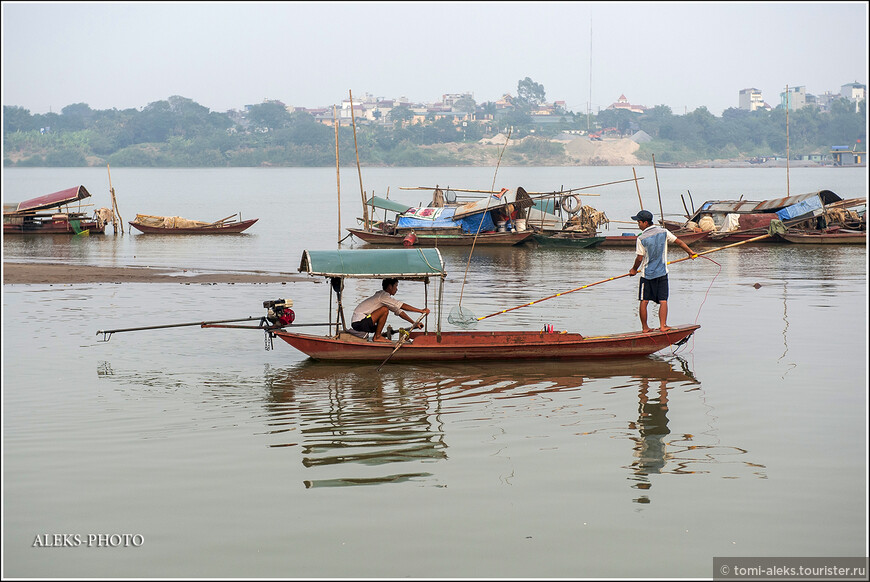 У меня больше сложилось впечатление, что вьеты используют лодки не для рыбалки, как в некоторых странах. А для перевозки чего-либо и - как транспорт по многочисленным речкам и озерам. Мы ни в одной другой стране так много не плавали на лодках...