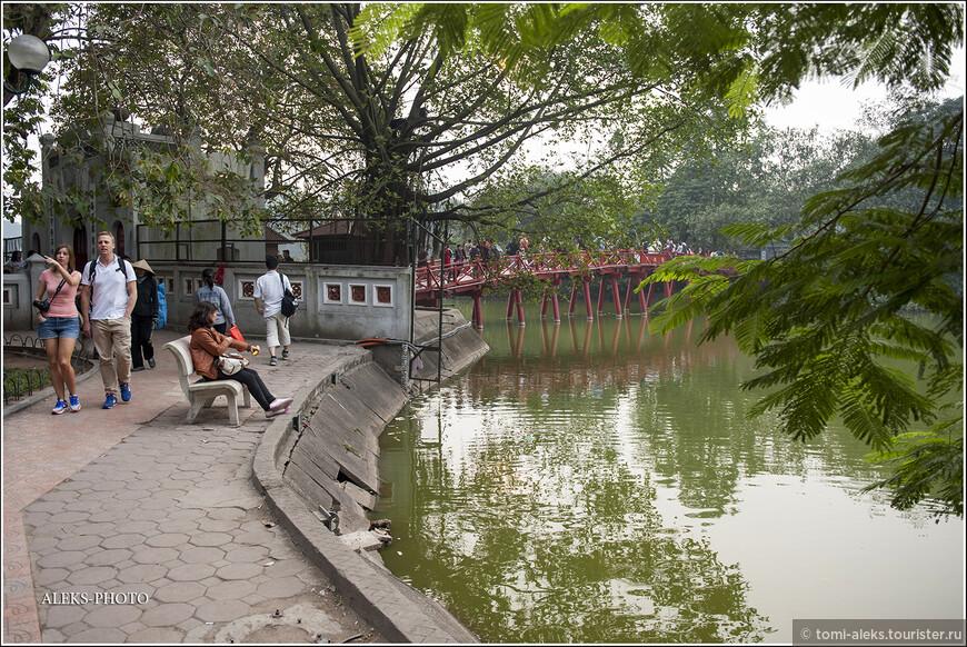Теперь мы перемещаемся к еще одному знаковому для Ханоя месту - озеру Хоанкьем. По преданию золотая черепаха, обитавшая в этом озере, даровала императору Ле Лою волшебный меч, который помог тому освободиться от владычества китайцев...