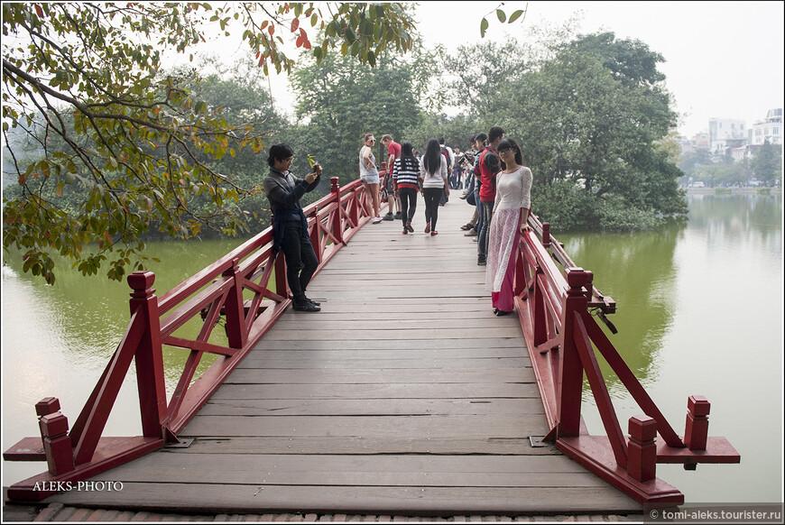На Мосту Восходящего Солнца, который ведет к Храму Нефритовой горы, всегда многолюдно. Здесь, видимо, любят фотографироваться ханойские молодожены...