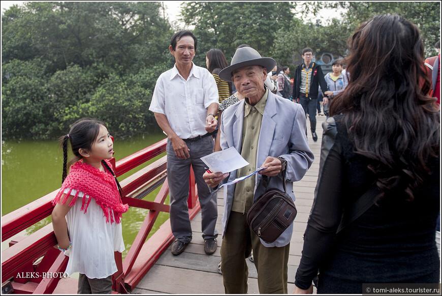 По приветливому выражению лица этого старичка можно подумать, что вьетнамцы - самый дружелюбный народ в мире. Конечно, это - не аксиома. Но вьеты мне, на самом деле, показались очень миролюбивым народом. И пусть не всегда очень улыбчивым. Но здесь в вашу сторону не будут метать такие взгляды, которые вы увидите, к примеру, в Марокко...