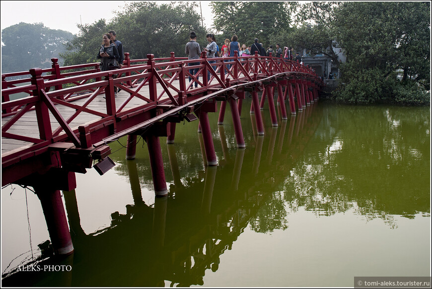 Возвращаемся по мосту с островка на большую ханойскую землю. Вода в озере и впрямь - зеленого цвета.
