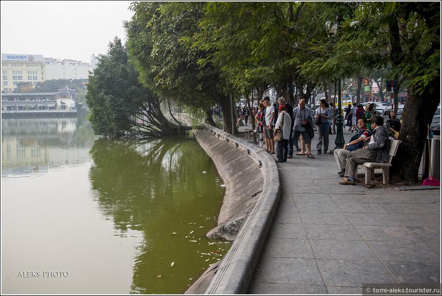 Вокруг озера идет прогулочная набережная. Вот мы ее и увидели! Пусть не у реки - так у озера Хоанкьем. Здесь всегда много туристов и местных жителей. Ведь это - самое туристическое местечко города...