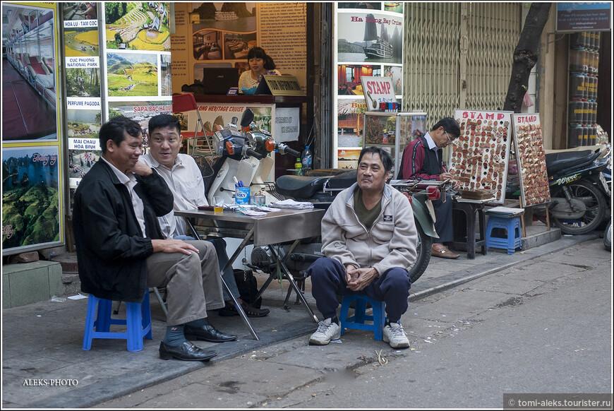 """Едем дальше, глядя из окна такси по сторонам. Вот мастер сидит и изготавливает печати - прмо на улице. Нам захотелось вдруг увидеть Ханойскую набережную, ведь город расположен на берегу реки Хонгха. Само слово """"Ханой"""" в переводе означает - """"место, окруженное рекой""""."""