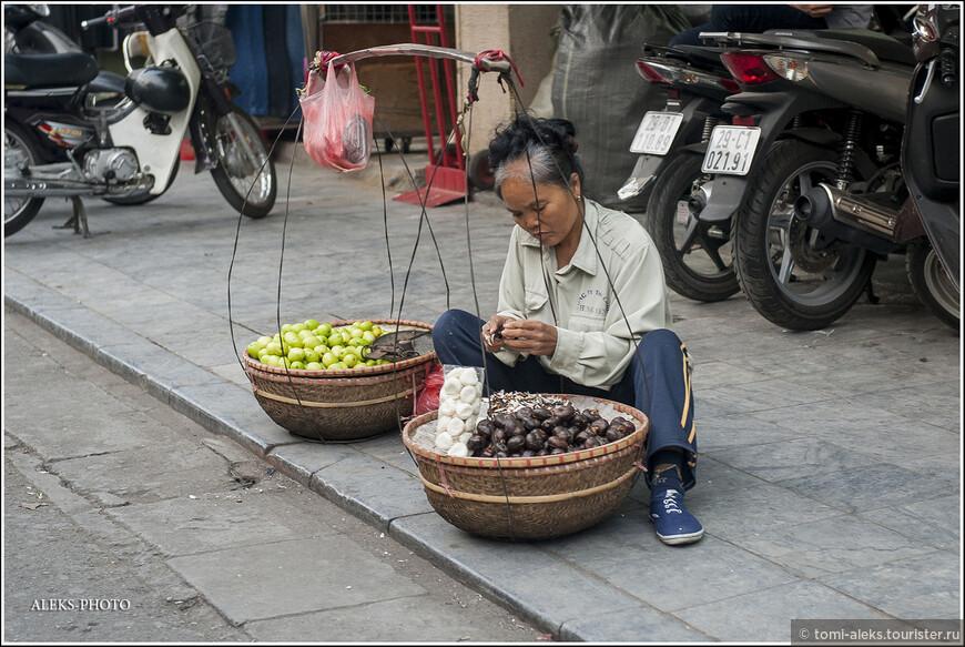 Продавщицы всяких фруктов и овощей - непременный атрибут всех улиц города...