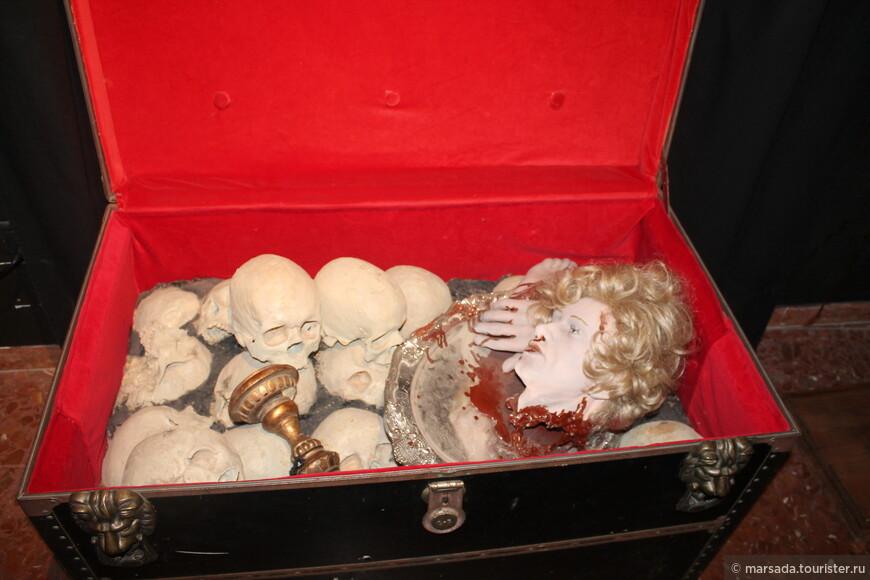 Это голова ведьмы. Среди истлевших  черепов - ее вид не изменился, что и доказывает о ее нечистом происхождении.