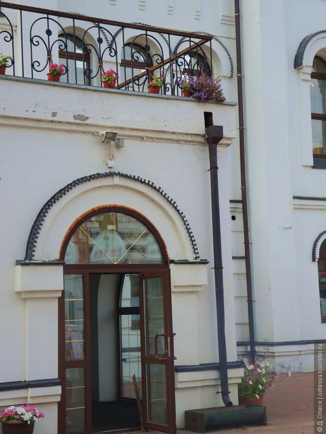 дверь нижнего храма