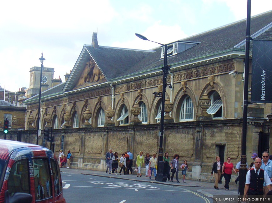 таким предстаёт перед вами здание конюшен, если идти от центрального входа в Букингемский Дворец