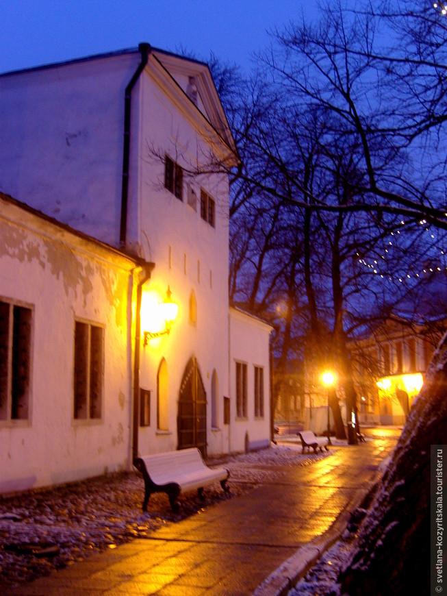 В Таллине, как в одном из наиболее прекрасно сохранившихся городов средневековой Европы, остались практически без изменений сеть улиц и границы участков, сформировавшиеся в период с XI по XV века. Благодаря мощным оборонительным укреплениям, Старый город смог уберечь себя от значительных разрушений в ходе нападений неприятельских войск. А каменные дома, которые здесь в основном строили, устояли в огне пожаров. Обошли стороной Старый город и новые массовые застройки, что, в свою очередь, также способствовало сохранению его архитектурной ценности.