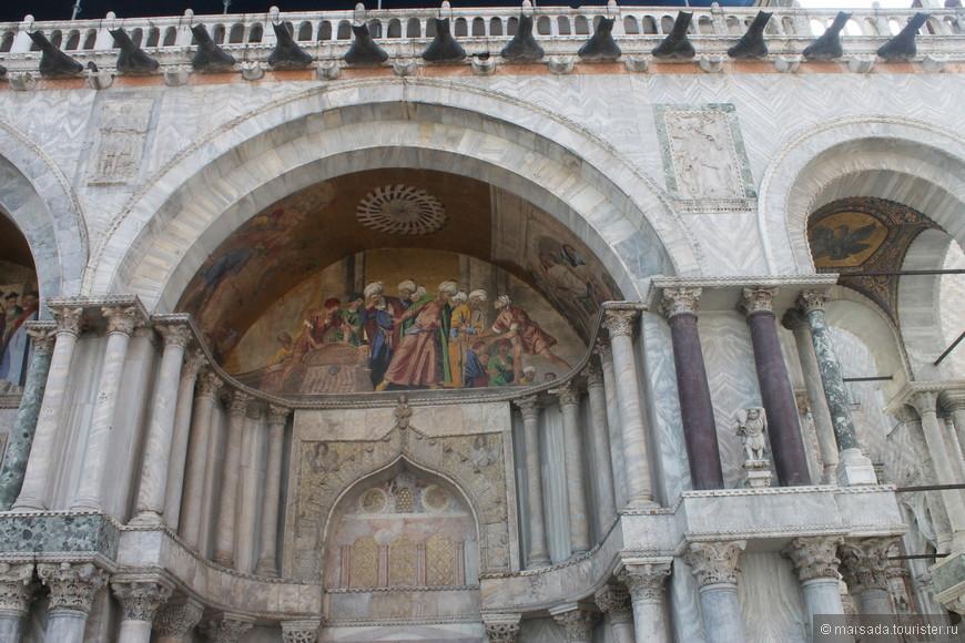 Сам собор бесплатный, но там внутри можно посмотреть : 1. Золотой Алтарь - Pala d'oro – вход стоит 2 евро 2. Сокровищницу  - Treasury – вход 3 евро.  3. Музей Сан Марко – вход 5 евро.