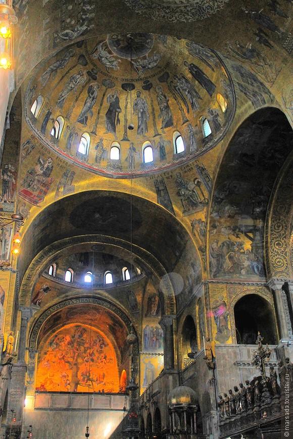 Внутри весь храм украшен золотой мозаикой - но при этом совершенно нет никакого освещения. А те немногочисленные естественные окошки - не спасают.