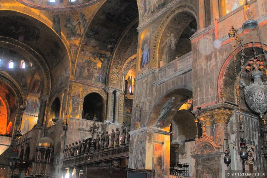 Мозаики сделаны из стекла из Мурано, все они выложены на золотой фольге, что создает особую атмосферу внутри собора. Они отображают события Ветхого и Нового Заветов, житие Богородицы, апостолов и святых, особо почитаемых венецианцами.