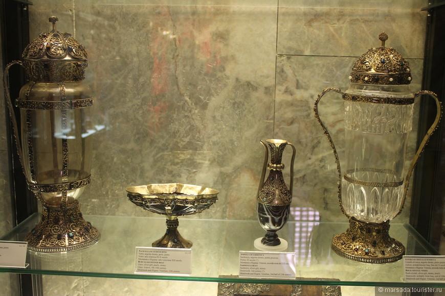 Далее будут экспонаты сокровищницы Сан Марко. Сама сокровищница расположена в помещениях, соединяющих храм с Дворцом дожей.