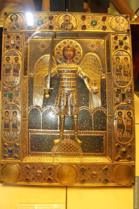 В основном там ювелирные изделия из золота и серебра с драгоценными и полудрагоценными камнями, а также изделия, созданные в технике перегородчатой эмали