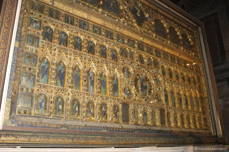 Это  знаменитый Пала д'Оро - Золотой алтарь. Алтарь размером примерно 3,5 на 1,5 метра представляет собой ювелирную композицию из 80 икон-эмалей, инкрустированных золотом и двумя тысячами драгоценных камней.