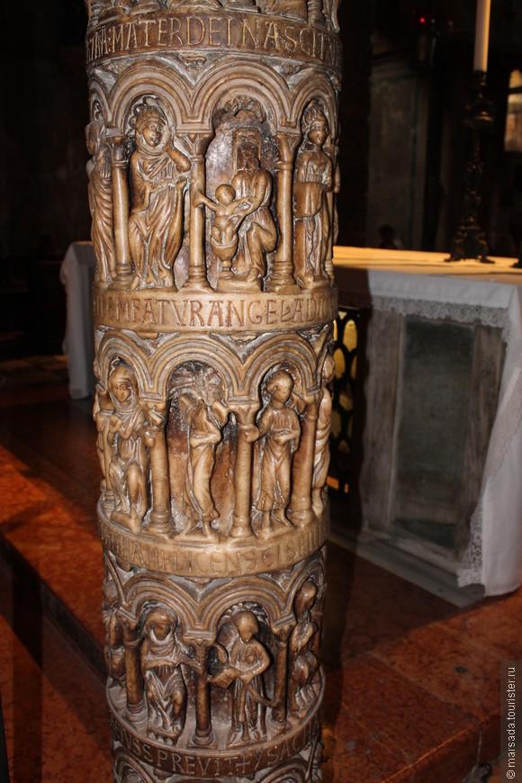 у стен установлены колонны из мрамора, некоторые из них доставлены из храма Соломона в Иерусалиме.