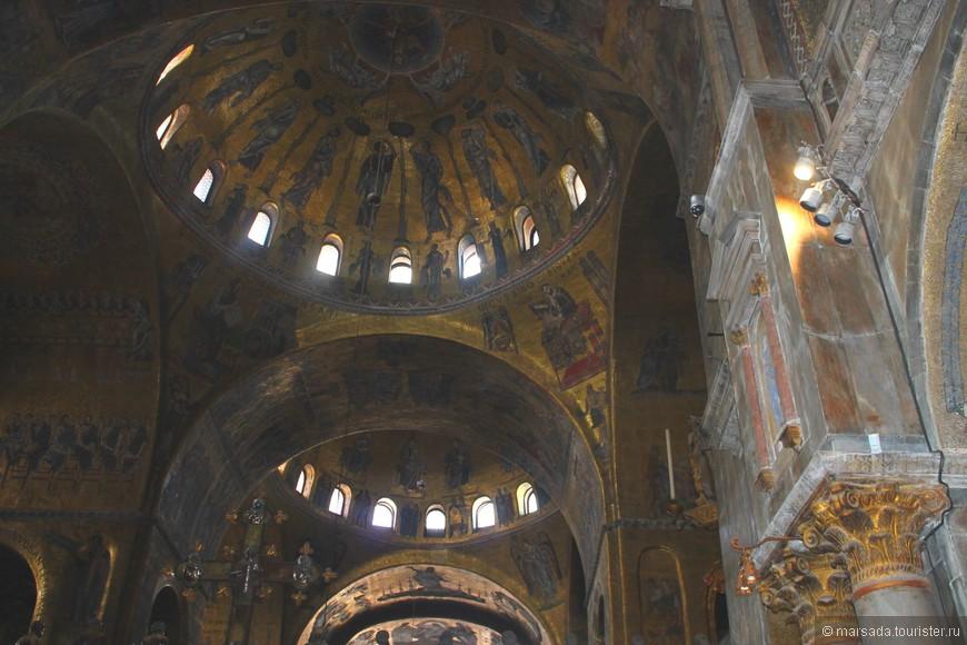 Знаменитая достопримечательность Италии практически вся состоит из великих шедевров самых знаменитых мастеров. Крестильная купель, расположенная в центре Баптистерия, выполнена Франческо Сегала, Тицианом Минио и Дезидерио да Фиренце по эскизам Якопо Сансовино в 15 веке. Руке мастера Сегало принадлежит и статуя Святого Иоанна Крестителя.