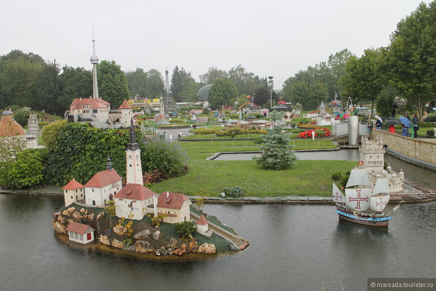 "Это остров озера Блёд, Словения. Справа  австрийский фрегат ""Новара""."