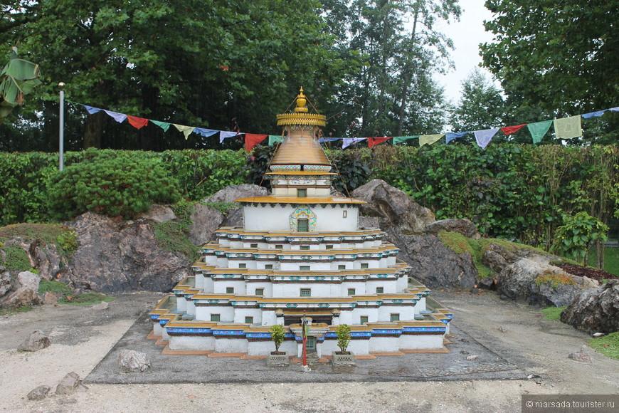 Кумбум — тибетский храм в форме многоярусной ступы со множеством внутренних залов и алтарей на каждом уровне.