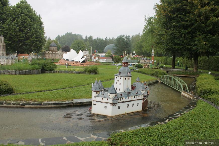 Пфальцграфенштайн -   таможенный замок в Германии, расположенный на небольшом острове Фалькенау посреди реки Рейн около города Кауб. Он получил известность благодаря своей необычной форме, напоминающей корабль.