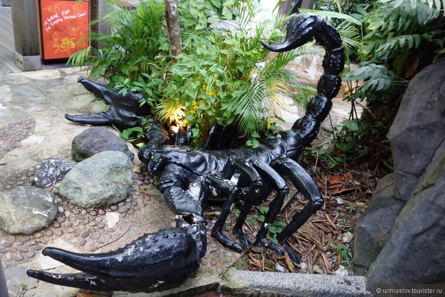 Вот такие скульптурные группы встречаются на острове Сентоза.