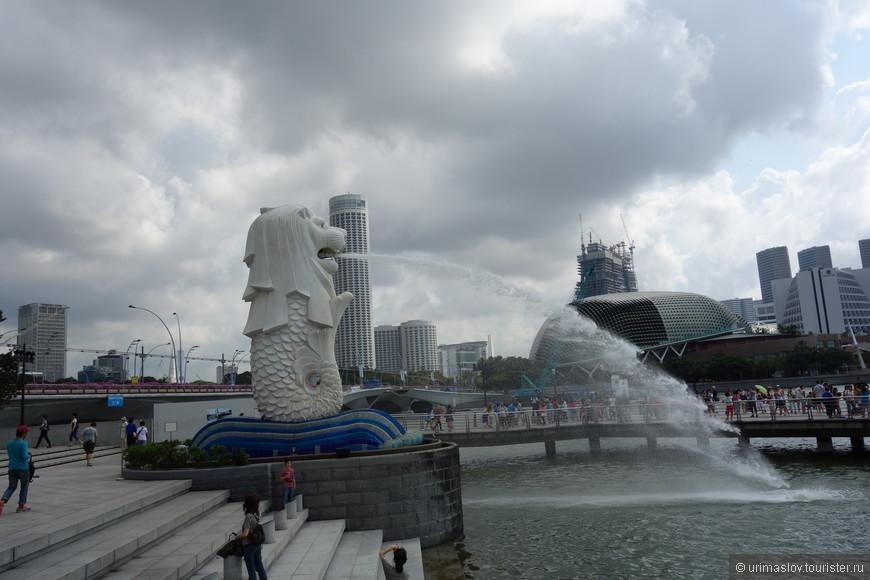 """Ещё одна скульптура символа Сингапура. Прекрасно видна с крыши отеля """"Марина Бэй Сандс"""" :-) Так же на фотографии видна крыша Оперного театра, который похож на плод дуриана."""