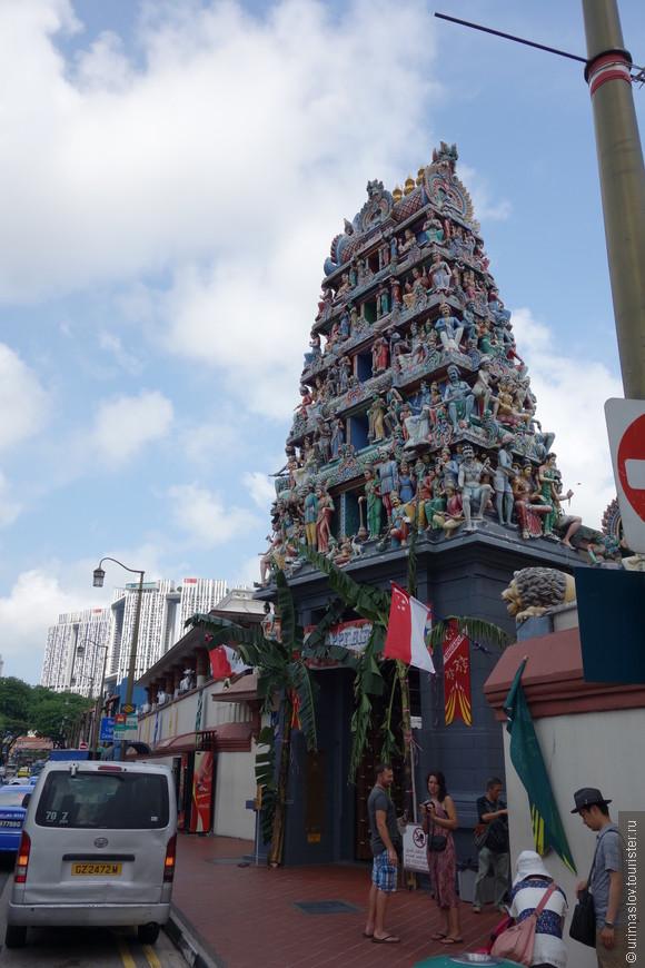 Башня самого старого в Сингапуре индуисткого храма Шри Мариамман, расположенного в центре китайского квартала. Что бы попасть внутрь, сначала нужно снять обувь. Не очень хотелось ходить босиком, но пришлось, что бы посмотреть богатое внутреннее убранство храма.