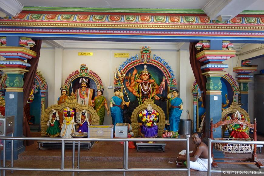 внутри храма Шри Мариамман