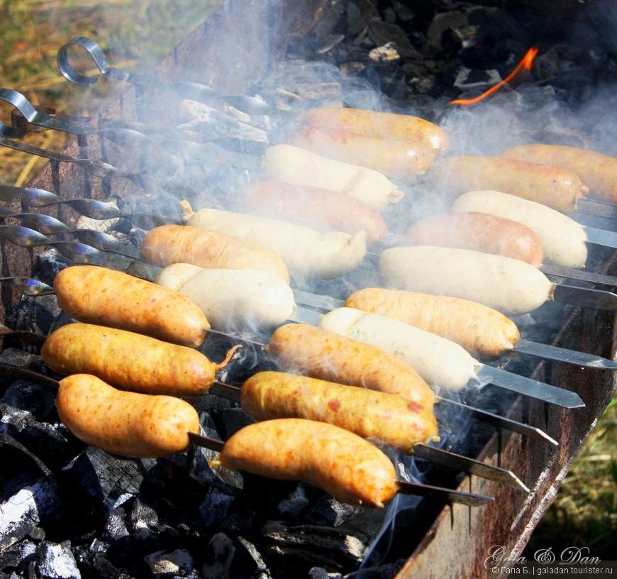 Пока гости из Литвы отплясывали свои национальные танцы, а мэр Паневежиса (Литва) победил в конкурсе по метанию сосисок, на углях готовились вкуснейшие колбаски по литовской рецептуре.