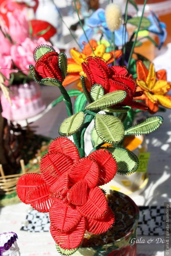 """Только уже на отснятом фото мне указали на до сих пор мне незнакомую технику, которую я встретила в Славске у местных рукодельниц, - старинную мальтийскую технику - ганутель.         Ганутель (англ. Ganutell) - это искусство изготовления цветов из тонкой спиральной проволоки и шёлковой нити, а также бисера, бусинок и жемчужинок. Мальтийские монахини до сих пор украшают такими цветами алтарь в резиденции папы Римского. Ганутелью украшают церкви на Мальте во время религиозных праздников. Изящные нежные цветы помещают в рождественских яслях, украшают ими статуэтки святых, которые люди ставят на окна в дни великих празднеств.                                              Слово """"ганутель"""", видимо, происходит от итальянского Canutiglia, означающего «тонкая спиральная нить». От него же, кстати, происходит слово канитель, обозначающего тонкую золотую или серебряную нить для вышивания.  Недавно министерство культуры Мальты приняло решение возродить интерес к ганутели и даже организовало курсы обучения этому мастерству. Их ведут преподаватели, приглашённые со всего острова. В наше время интерес к этой технике действительно возродился и добрался до многих уголков мира, включая и Россию. Мастерицы изготавливают с помощью этой техники не только украшения для дома, но и свадебные тиары и букеты, заколки для волос и броши."""