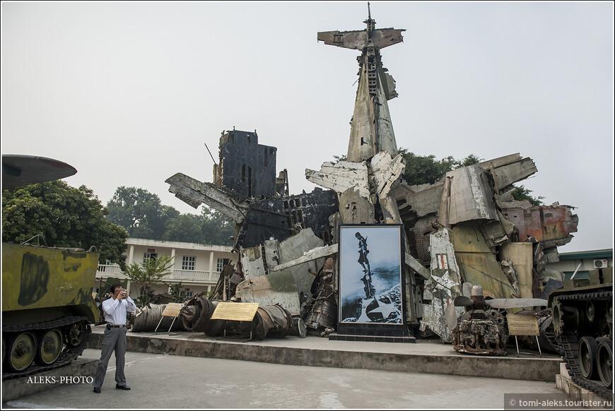 Музей основан в 1959 году по инициативе Хо Ши Мина — на территории старинной крепости. Эта композиция в центре, на мой взгляд — апофеоз безумия всех войн. Впечатляет, на самом деле...