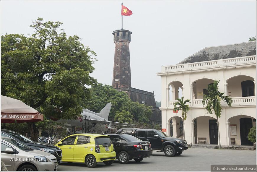 В 19 веке император За Лонг на месте разрушенной средневековой крепости построил новую цитадель с 33-метровой башней. Внутри должен был размещаться императорский дворец. Но столицу перенесли в Хюэ. Сегодня от этого объекта осталась Флаговая башня и старинные пушки.