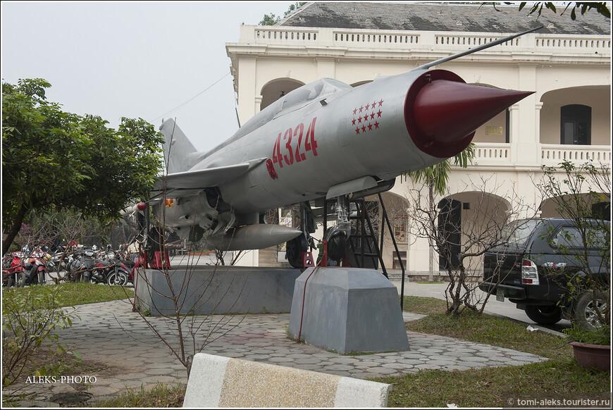 В музее выставлены образцы оружия СССР, США, Франции и Китая — основных стран, участвующих в военных действиях на территории Вьетнама.