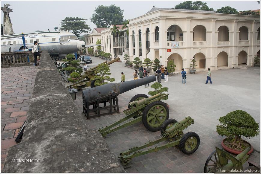 Весьма допотопные пушки. Судя по всему, они принадлежали французам. И по своему виду что-то уж слишком архаичны. Внутри музея экспозиция занимает целых 30 залов...