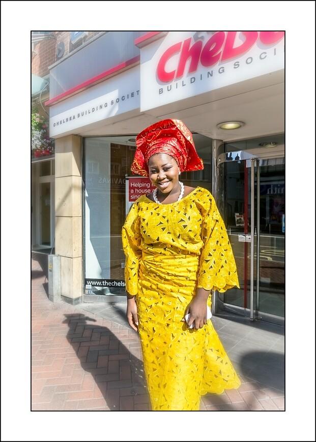 Очень симпатичная и экзотичная горожанка,спешащя на службу в церковь.  Англичанка!! (из Нигерии).