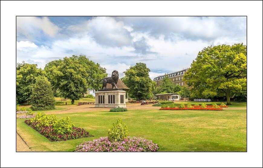 Вокруг развалин аббатства в 1855 году был заложен парк – Forbury Gardens. Этот парк, сделанный в лучших традициях Викторианских парков, остался неизменным до наших дней. В 1884 году в центре парка был установлен громадный каменный лев - мемориал погибшим на Афганской войне.