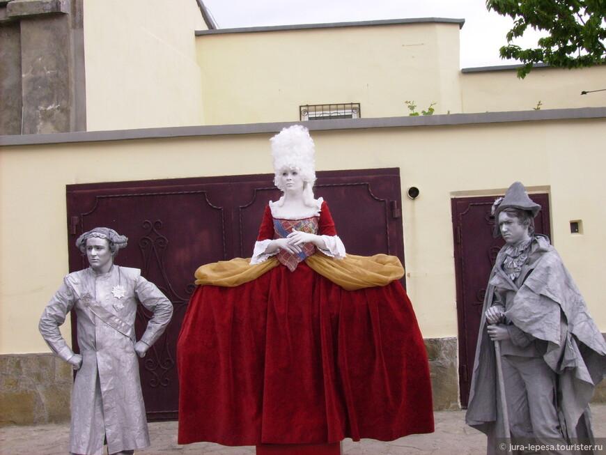 Те,кто бывал в Евпатории хорошо знают мимов.Это гордость города.Их часто можно увидеть и за пределами города,на всевозможных праздниках.