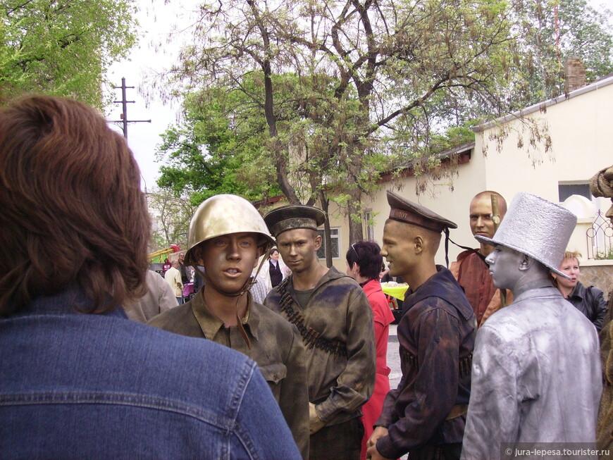 Тогда ребята носили бутафорные каски и снаряды.