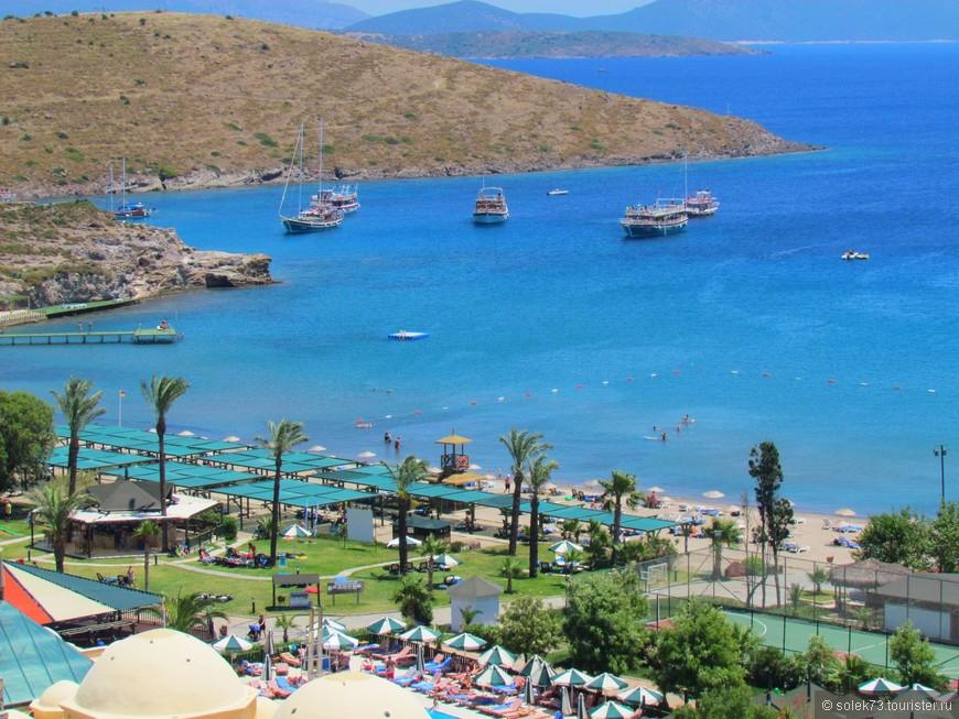 Городской пляж с видом на Греческие острова.