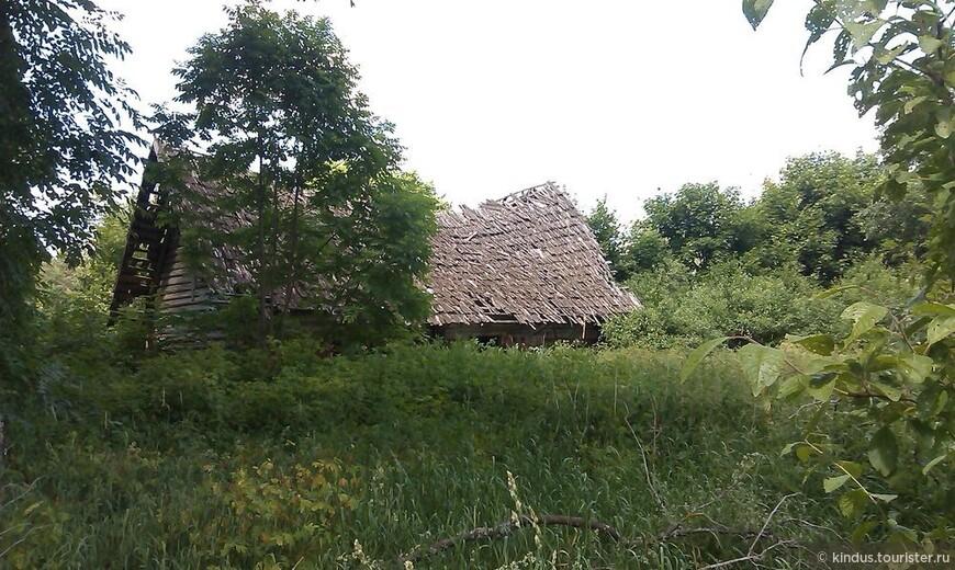 Разрушаются дома на далёких вымерших хуторах, не познавших электричества. Последний житель на хуторе Балдук умер в начале 2000-х. Так и жили при лучине.