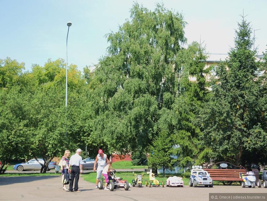 в аренду для детей можно взять различные машины и велосипеды