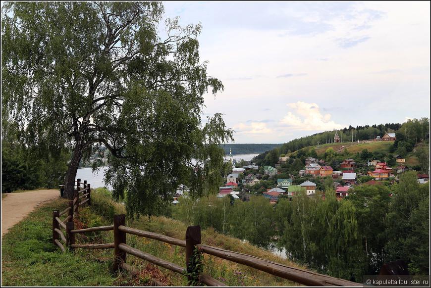 """Слово """"плёс"""" означает часть реки между изгибами. В этом городе Волга действительно течет между изгибами."""