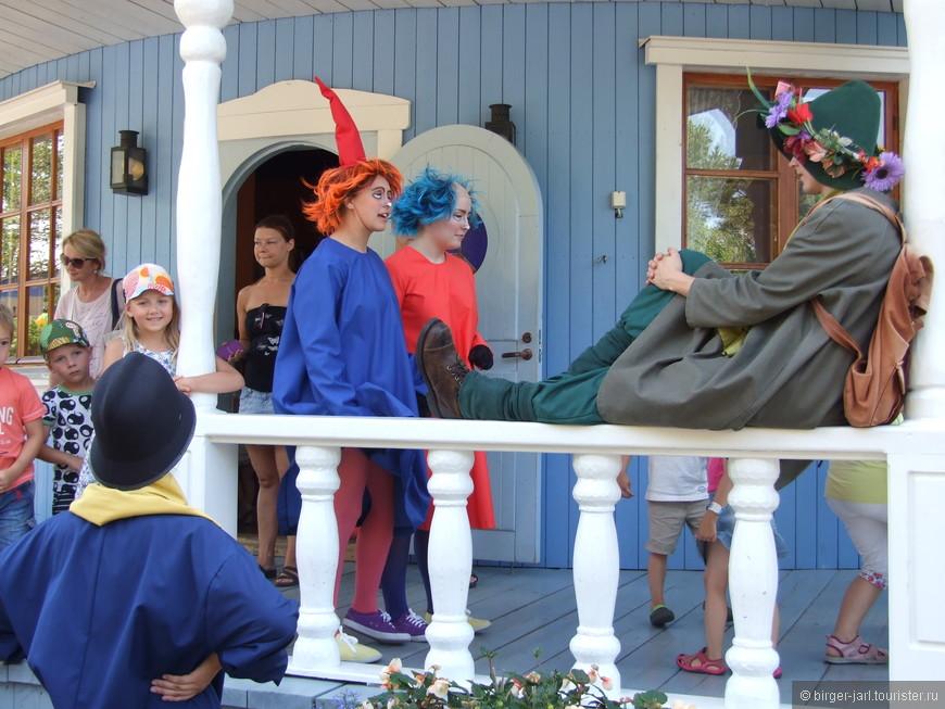 Тофсля и Вифсля с Снусмумриком у входа в Муми-дом.