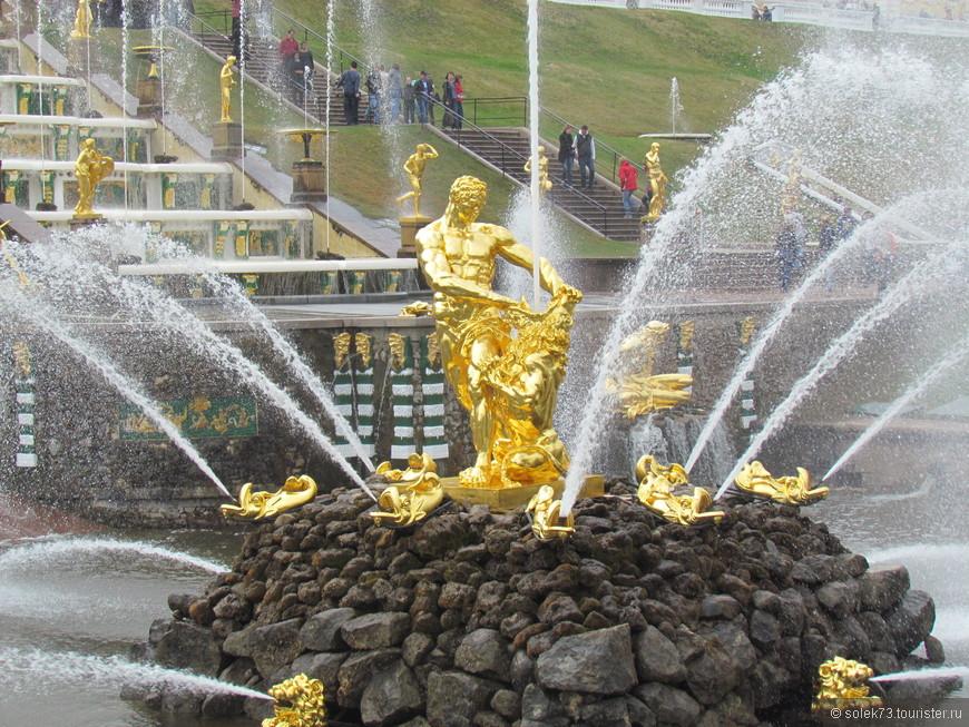 Самсон-центральная фигура главного фонтана Петергофа.